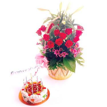 Ankara Gölbaşındaki çiçekçiler ankara çiçek satışı  Yaspasta ve 12 adet kirmizi gül kir çiçekleri