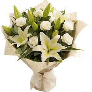 Gölbaşına çiçek , çiçekçi , çiçekçilik  3 dal kazablanka ve 7 adet beyaz gül buketi