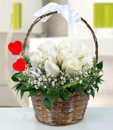 Sepet içerisinde 7 adet beyaz gül  Gölbaşı çiçekçi güvenli kaliteli hızlı çiçek