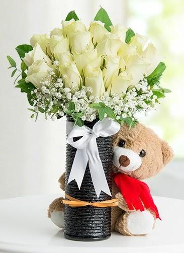 Cam vazoda 25 beyaz gül ve peluş ayı  Ankara Gölbaşı hediye sevgilime hediye çiçek