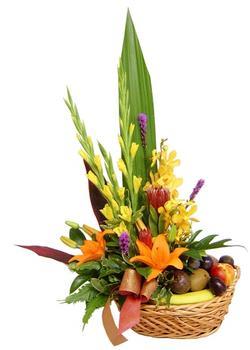 Gölbaşı çiçek siparişi yurtiçi ve yurtdışı çiçek siparişi  SEPET IÇERISINDE MEVSIM ÇIÇEK VE MEYVALARI