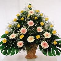 Gölbaşı çiçekçi güvenli kaliteli hızlı çiçek  17 adet sari gül 9 adet gerbera sepette