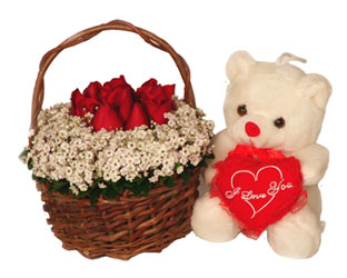 Gölbaşı çiçekçiler  çiçek siparişi sitesi  Sepet içerisinde güllerle hazirlanmis ayicikli ara