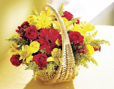 Gölbaşı çiçek siparişi yurtiçi ve yurtdışı çiçek siparişi  Sepet içerisinde mevsim çiçekleri