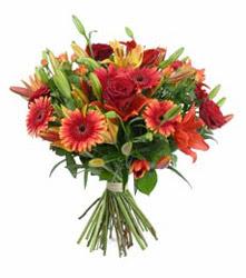 Ankara Gölbaşı 14 şubat sevgililer günü çiçek  3 adet kirmizi gül ve karisik kir çiçekleri demeti