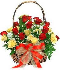 Ankara Gölbaşı hediye sevgilime hediye çiçek  11 sari 8 kirmizi gülden sepet tanzimi
