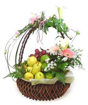 Mevsim meyvalarindan sepet ve çiçek tanzimi