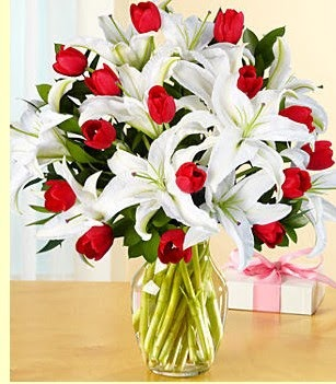 Gölbaşı çiçekçi güvenli kaliteli hızlı çiçek  3 kazablanka 10 kırmızı gül vazosu