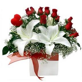 Gölbaşı çiçek kaliteli taze ve ucuz çiçekler  1 dal kazablanka 11 adet kırmızı gül vazosu