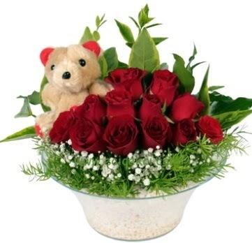 Cam tabakta 7 adet kırmızı gül ve küçük ayı  Gölbaşı çiçek kaliteli taze ve ucuz çiçekler