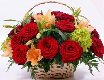 Sepette 5 adet kırmızı gül ve kır çiçekleri  Gölbaşı çiçek gönder cicekciler , cicek siparisi
