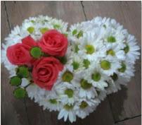 3 adet kırmızı gül mika kalptte papatyalar  Gölbaşı çiçek siparişi yurtiçi ve yurtdışı çiçek siparişi