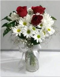 cam vazoda 3 adet kırmızı gül ve papatyalar  Gölbaşı çiçek siparişi yurtiçi ve yurtdışı çiçek siparişi