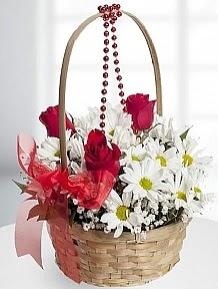 Sepet içerisinde 5 kırmızı gül ve krizantem  Gölbaşı çiçek siparişi yurtiçi ve yurtdışı çiçek siparişi
