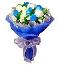 5 mavi gül 6 beyaz gülden buket  Gölbaşına çiçek , çiçekçi , çiçekçilik