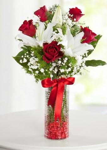 Vazoda Muhteşem Ahenk 2 lilyum 5 kırmızı gül  Gölbaşı çiçek gönder cicekciler , cicek siparisi