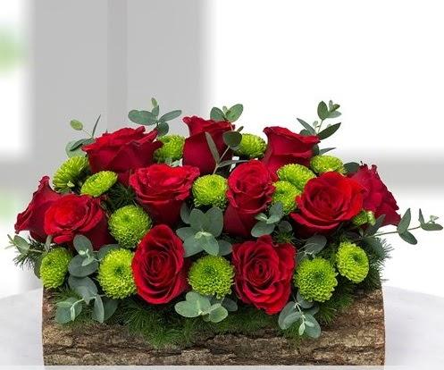 Silindir kütükte 11 kırmızı gül ve krizantem  Gölbaşı çiçek siparişi yurtiçi ve yurtdışı çiçek siparişi