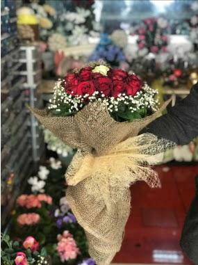 12 adet kırmızı 1 adet beyaz gül buketi  ankara Gölbaşı çiçek mağazası , çiçekçi adresleri